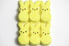 Gelber Bunny Marshmallows lizenzfreie stockbilder
