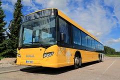 Gelber Bus Scanias in der ganzen Stadt Stockfoto