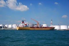 Gelber chemischer Tanker im Singapur-Anchorage. Stockfotos