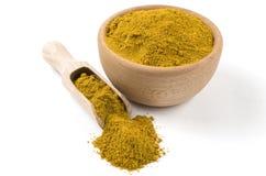 Gelber Curry in der h?lzernen Sch?ssel und in der Schaufel lokalisiert auf wei?em Hintergrund Gew?rze und Lebensmittelinhaltsstof stockfoto