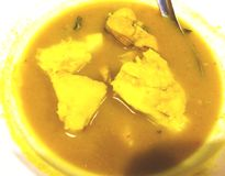 Gelber Curry in Süd-Thailand, dem normalerweise mit gekocht wird stockfotos