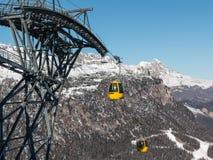 Gelber Drahtseilbahn-Skiaufzug, der auf die Gebirgsoberseite steigt Stockfotos