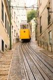 Gelber Förderwagen in Lissabon Stockfoto