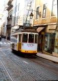 Gelber Förderwagen in Lissabon Stockbild