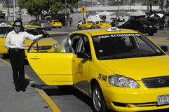 Gelber Fahrerhaustaxifahrer an der Grenze Tijuana-USA Lizenzfreie Stockbilder