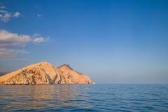 Gelber Felsen im Meer weit weg vom Strand am sonnigen Tag im Sommer Stockbild