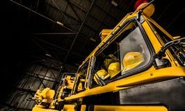 Gelber Firetruck mit den Sturzhelmen sichtbar lizenzfreies stockbild