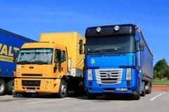 Gelber Ford Cargo 1830 und Renault Magnum Semi Trucks Lizenzfreie Stockfotos