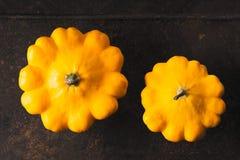 Gelber frischer pattypan Kürbis auf dem rostigen Metallhintergrund horizontal Stockfotos
