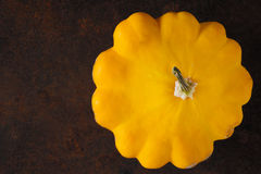 Gelber frischer pattypan Kürbis auf dem rostigen Metallhintergrund horizontal Lizenzfreies Stockfoto