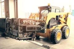 Gelber Gabelstapler Überschüssige Verarbeitungsanlage Technologischer Prozess Wiederverwertung und Lagerung des Abfalls für weite Lizenzfreie Stockfotografie