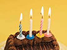 Gelber Geburtstag-Kuchen stockbilder
