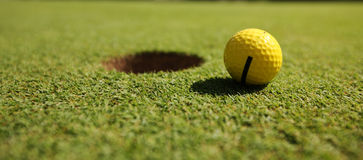 Gelber Golfball Stockbild
