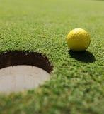 Gelber Golfball Lizenzfreie Stockbilder