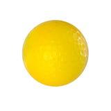 Gelber Golfball lokalisiert auf Weiß mit Beschneidungspfad lizenzfreie stockfotografie