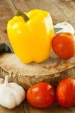 Gelber grüner Pfeffer auf einem Schneidebrett für Lebensmittel Lizenzfreies Stockfoto