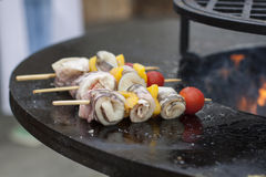 Gelber grüner Pfeffer, Tomaten und Fischrollen auf Aufsteckspindeln werden auf Grill gekocht Lizenzfreie Stockbilder