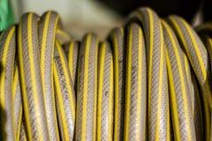 Gelber grauer Wasserschlauch stockfoto