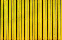 Gelber hölzerner gemalter Zaun Lizenzfreie Stockfotografie