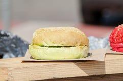 Gelber Hamburger Lizenzfreie Stockfotos