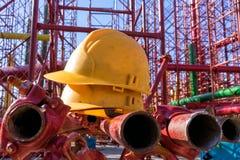 Gelber Hardhat auf Baustelle Lizenzfreie Stockbilder
