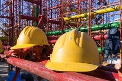Gelber Hardhat auf Baustelle Stockfotos