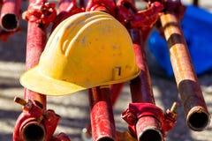 Gelber Hardhat auf Baustelle Lizenzfreies Stockbild