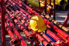Gelber Hardhat auf Baustelle Lizenzfreie Stockfotografie