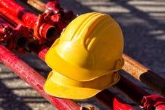 Gelber Hardhat auf Baustelle Stockfoto