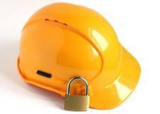Gelber harter Hut mit Vorhängeschloß lizenzfreies stockbild