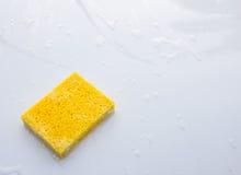 Gelber Haushaltsschwamm stockfoto