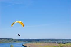 Gelber heller Gleitschirm im blauen Himmel über dem Fluss und dem Flussufer Vogel ` s Augenpanorama Tom River Tomsk-Stadt, Russla Lizenzfreie Stockfotografie