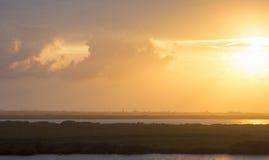 Gelber Himmel über karibischer Küste stockbild