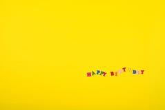 Gelber Hintergrund mit alles Gute zum Geburtstag der Aufschrift Lizenzfreie Stockbilder