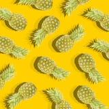 Gelber Hintergrund mit Bild der reifen Ananas Lizenzfreie Stockfotos
