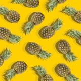 Gelber Hintergrund mit Bild der reifen Ananas Stockfotos