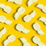 Gelber Hintergrund mit Bild der reifen Ananas Stockbilder