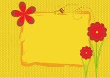 Gelber Hintergrund mit Blumen und Biene. Stockfotos