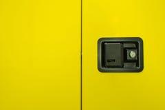 Gelber Hintergrund mit Werkzeugausstattungskasten lizenzfreie stockbilder