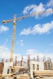 Gelber hochziehender Kran auf dem Bau des Gebäudes Stockfoto