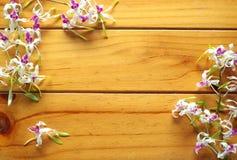Gelber Holz- und Orchideenhintergrund Lizenzfreie Stockfotografie