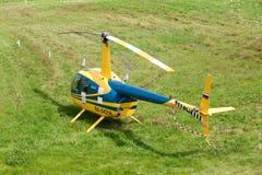 Gelber Hubschrauber in den weltweiten Konkurrenzen auf Hubschrauber trägt zur Schau Stockbild