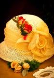 Gelber Hut mit Rosen Stockbild