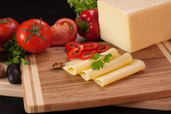 Gelber Käse auf Schneidebrett Lizenzfreie Stockfotografie