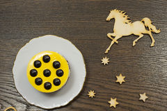Gelber Käsekuchen mit Schokoladenbällen Ikonen von Sternen und von t Stockfotografie