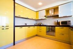 Gelber Kücheinnenraum Stockfotografie