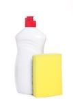 Gelber Küchenschwamm und Flasche Abwaschflüssigkeit Lizenzfreies Stockfoto
