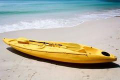 Gelber Kajak auf dem Strand Stockfotos
