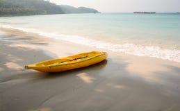 Gelber Kajak auf dem Strand Lizenzfreies Stockfoto