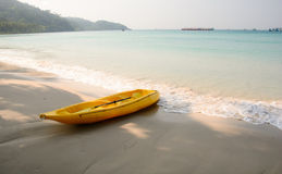 Gelber Kajak auf dem Strand Lizenzfreie Stockfotografie